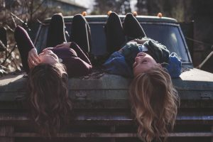 Deux femmes sur le capot d'une voiture