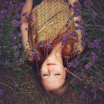 Une jeune fille allongée dans la lavande